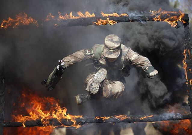 Żołnierz Chińskiej Armii Ludowo-Wyzwoleńczej w czasie ćwiczeń wojskowych w Chinach