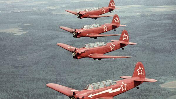 Samoloty Jak-18 w powietrzu - Sputnik Polska