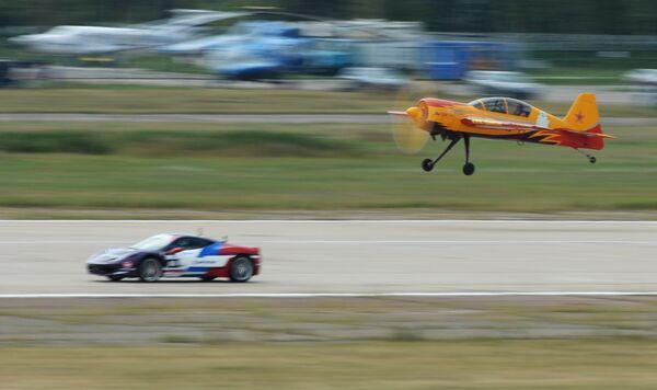 Ferrari 458 Italia i Jak-54 podczas pokazów w Żukowskim, Rosja - Sputnik Polska