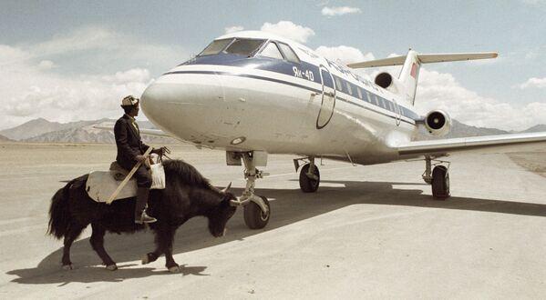Mieszkaniec Tadżykistanu przy samolocie Jak-40 - Sputnik Polska