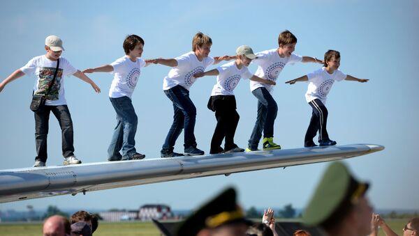 Dzieci na skrzydle samolotu Jak-40 - Sputnik Polska