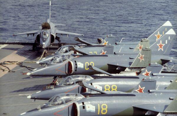 Samoloty Jak-38 na pokładzie krążownika Nowosybirsk - Sputnik Polska