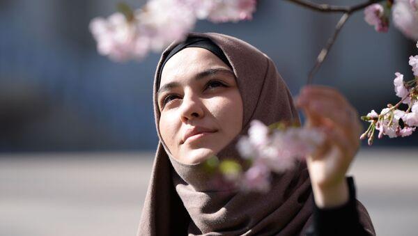 Dziewczyna podziwia kwiatów wiśni - Sputnik Polska