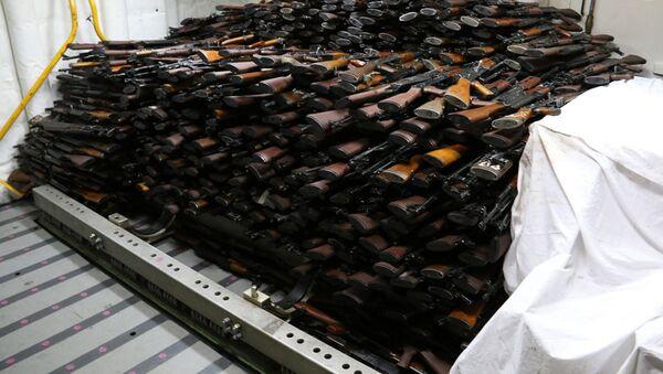 Broń, skonfiskowana przez amerykańską marynarkę wojenną na irańskim statku na Morzu Arabskim - Sputnik Polska