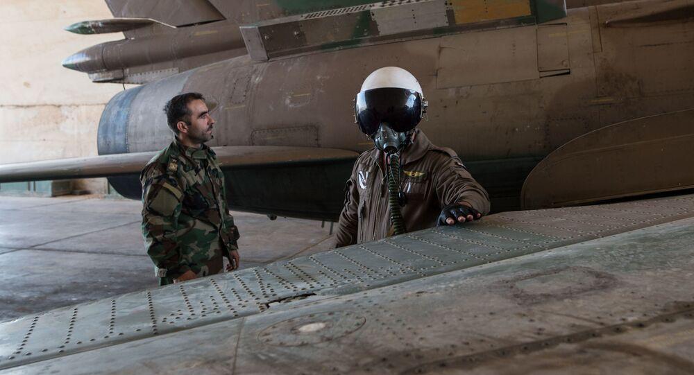Pilot syryjskich sił powietrznych w syryjskiej bazie lotniczej w prowincji Homs