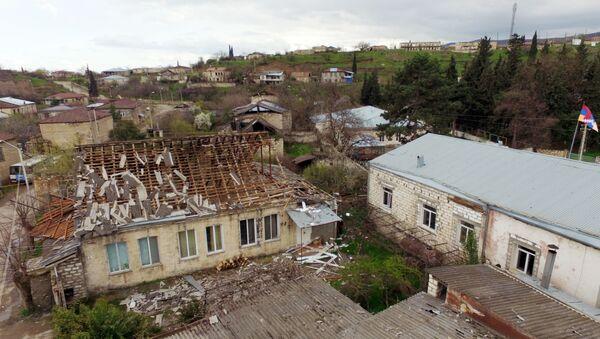 Zniszczony dom w jednej z wiosek w strefie konfliktu karabachskiego - Sputnik Polska