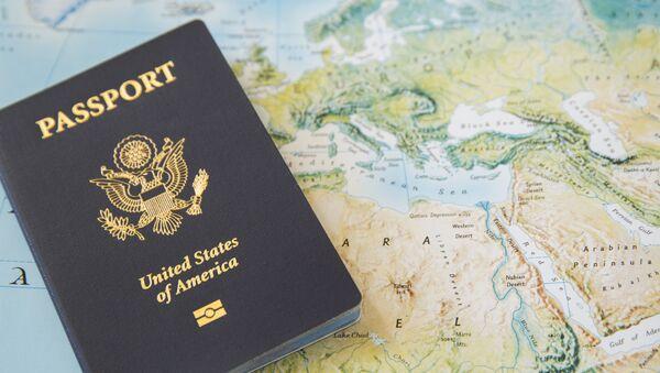 Amerykański paszportu na mapie geograficznej - Sputnik Polska