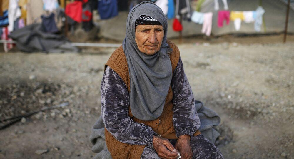 Kobieta w obozie dla uchodźców na granicy Grecji i Macedonii