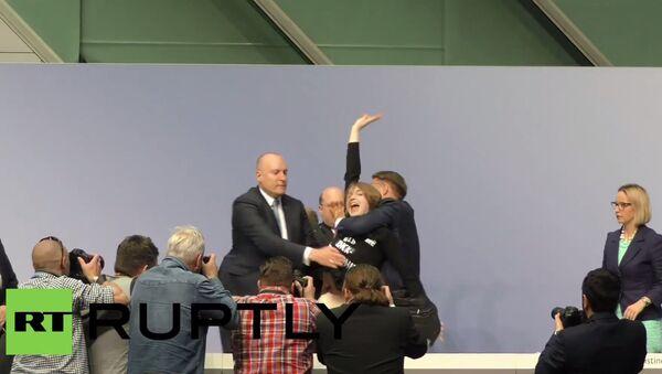 Dziewczyna weszła na biurko szefa EBC, krzycząc Koniec z dyktaturą EBC! - Sputnik Polska