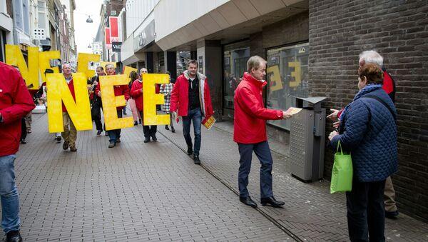 Harry van Bommel z Partii Socjalistycznej rozdaje ulotki na ulicach Hagi przeciwko umowie stowarzyszeniowej UE z Ukrainą - Sputnik Polska
