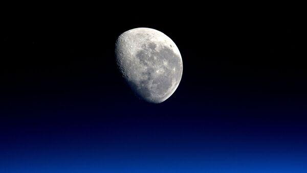 Zdjęcie księżyca wykonane przez astronautę Tim Peake'a - Sputnik Polska