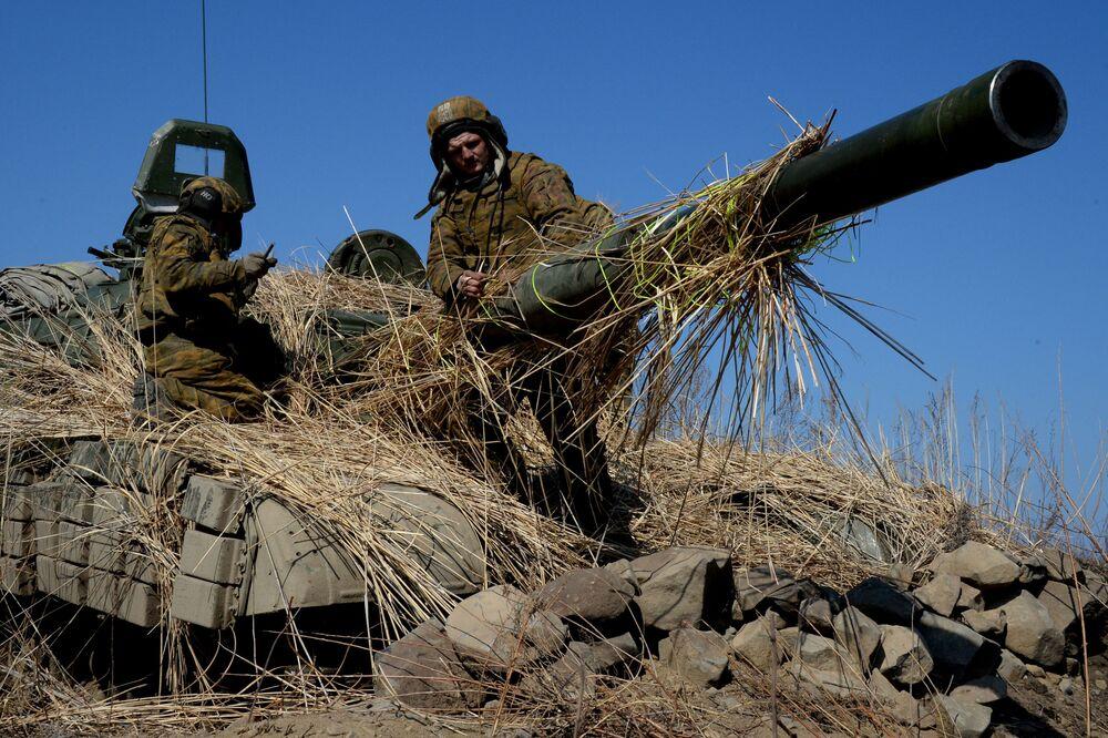 Czołgiści podczas ćwiczeń wojskowych piechoty morskiej w Kraju Nadmorskim