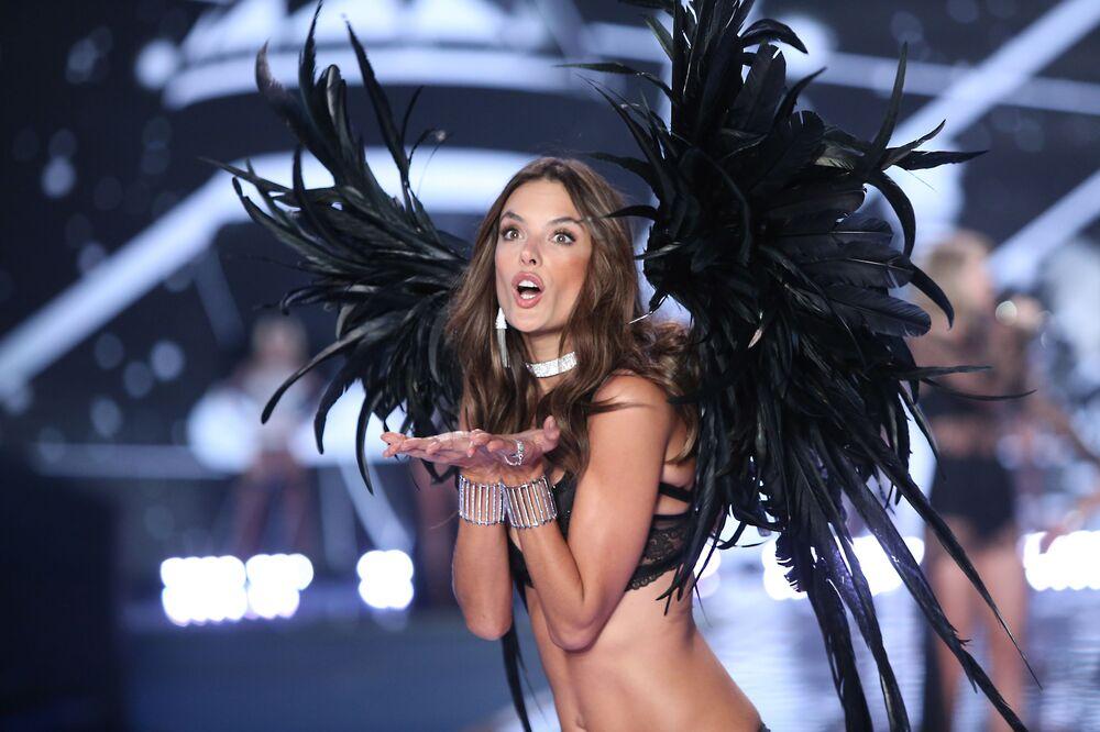 Brazylijska supermodelka Alessandra Ambrosio na show Victoria's Secret w Londynie