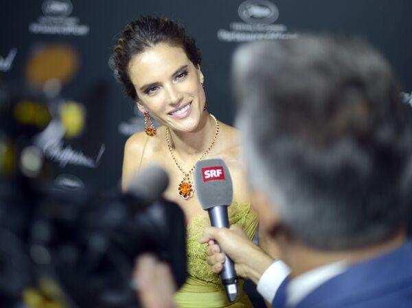 Modelka Alessandra Ambrosio podczas wywiadu na festiwalu filmowym w Cannes - Sputnik Polska