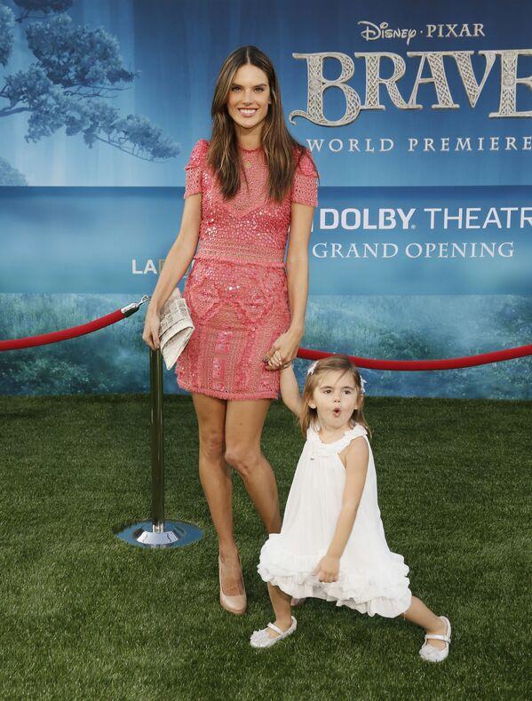 Modelka Alessandra Ambrosio z córką na premierze filmu animowego Merida Waleczna - Sputnik Polska
