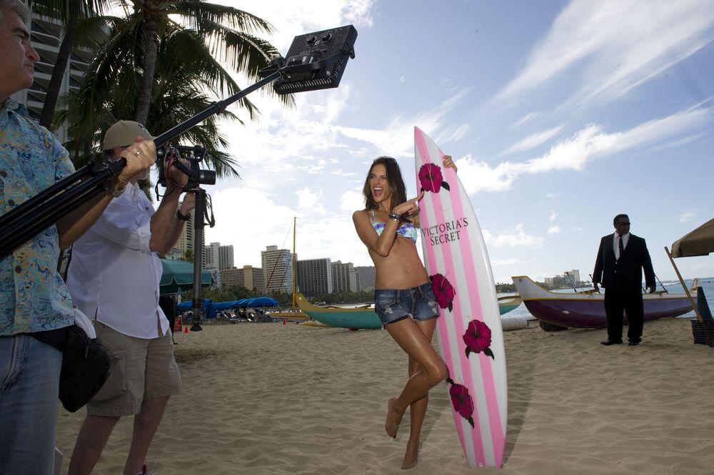 Modelka Alessandra Ambrosio na plaży z deską surfingową z logo Victoria's Secret