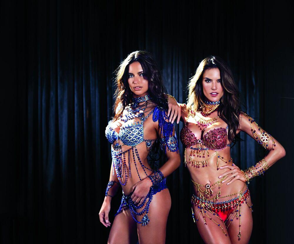Modelki Adriana Lima i Alessandra Ambrosio na pokazie Victoria's Secret
