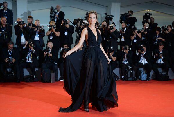 Modelka Alessandra Ambrosio na czerwonym dywanie 72. Międzynarodowego festiwalu filmowego w Wenecji - Sputnik Polska