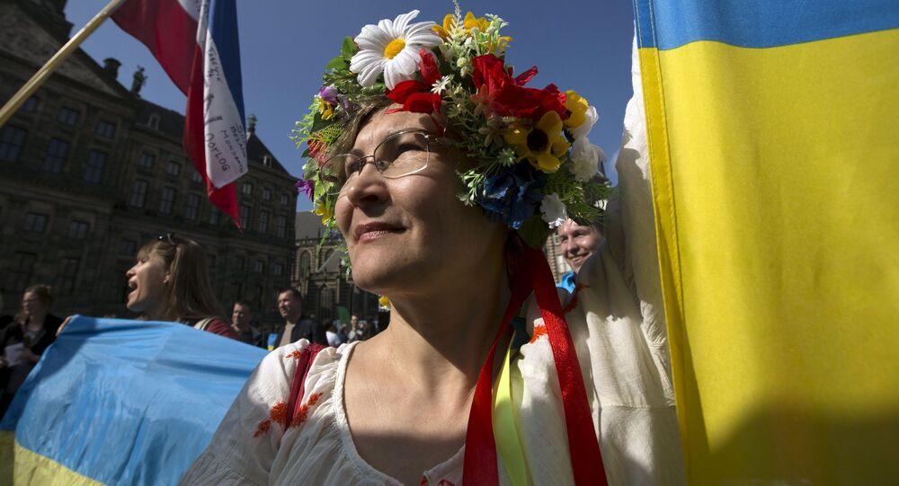 Kobieta w ukraińskim stroju ludowym w Amsterdamie