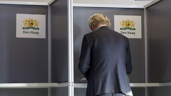 Holenderski polityk Geert Wilders podczas głosowania - Sputnik Polska