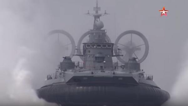 Ekskluzywne kadry - największy na świecie okręt na poduszce powietrznej prowadzi ogień - Sputnik Polska