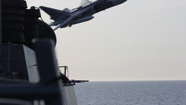 Bombowiec SU-24 przelatuje nad amerykańskim okrętem na Morzu Bałtyckim - Sputnik Polska