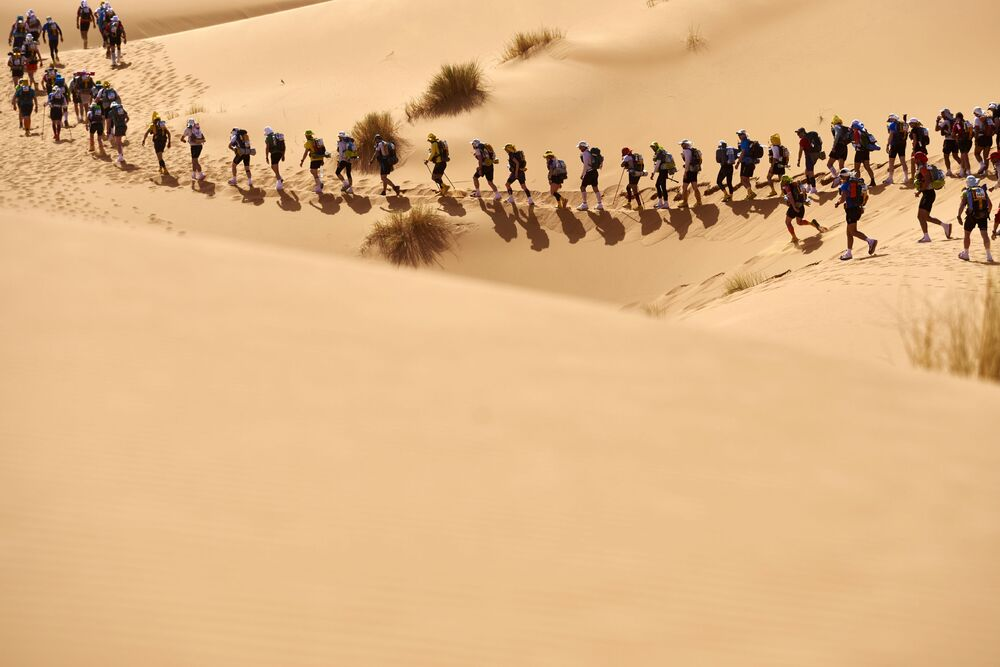 Zawodnicy maratonu na marokańskiej części pustyni Sahara