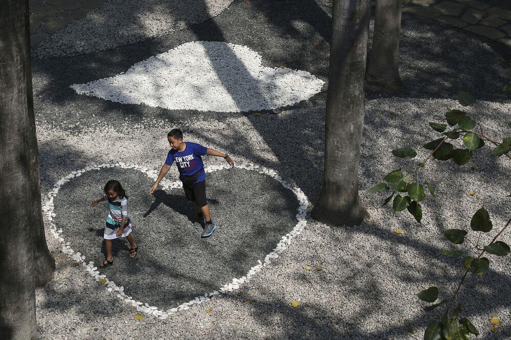 Dzieci bawią się w cieniu drzew, Makati, Filipiny