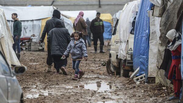 Obóz syryjskich uchodźców w rejonie Bab-al-Salama na północy Syrii, niedaleko tureckiej granicy - Sputnik Polska