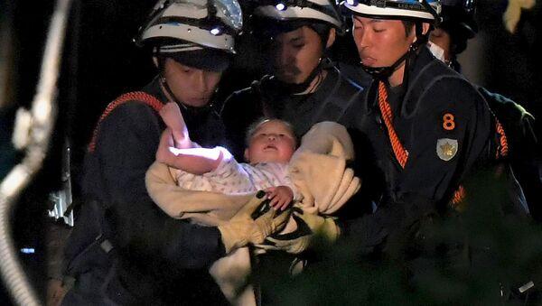 Ratownicy wynoszą dziecka spod ruin po trzęsieniu ziemi w japońskim Kumamoto - Sputnik Polska