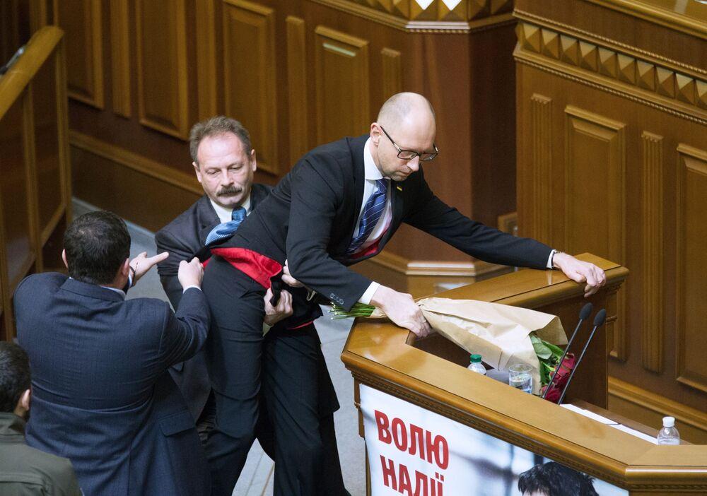 Premier Ukrainy Arsenij Jaceniuk i deputowany od frakcji Blok Petra Poroszenki Oleg Barana na posiedzeniu Rady Najwyższej Ukrainy