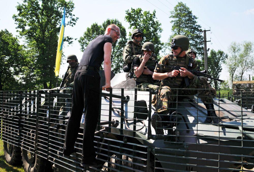 Premier Ukrainy Arsenij Jaceniuk rozmawia z amerykańskimi wojskowymi podczas wspólnych ćwiczeń Fearless Guardian