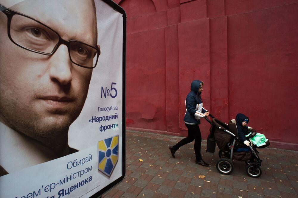 Propagandowy plakat z wizerunkiem Premiera Ukrainy Arsenija Jaceniuka na jednej z ulic Kijowa