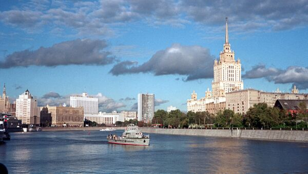The Taras Shevchenko walkway (right) along the Moscow Embankment. The photo also features a view of the Hotel Ukraina, the Russian House of Government, and the Moscow Mayor's Office. - Sputnik Polska
