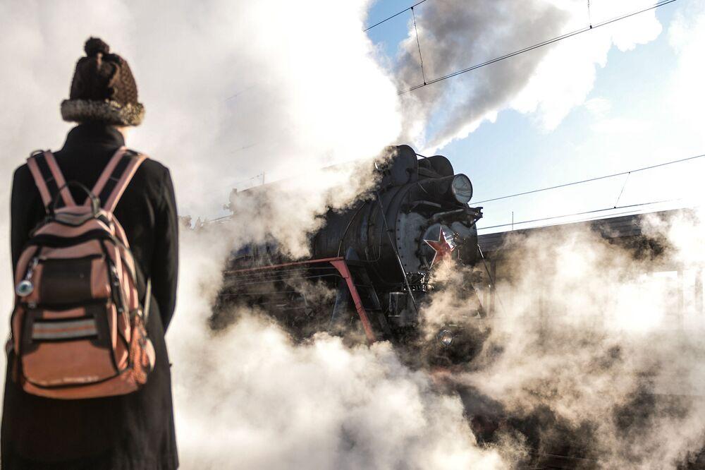 Turystyczny pociąg retro w Nowogrodzie Wielkim
