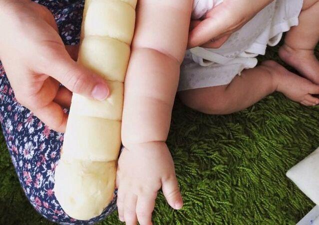 Японцы в соцсетях сравнили руки младенцев с батонами