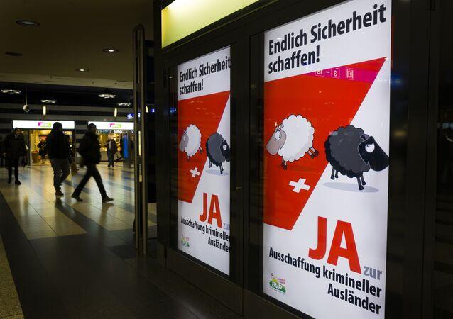 Postery skrajnie prawicowej szwajcarskiej partii SVP