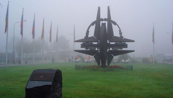 Rzeźba przy siedzibie NATO w Brukseli - Sputnik Polska