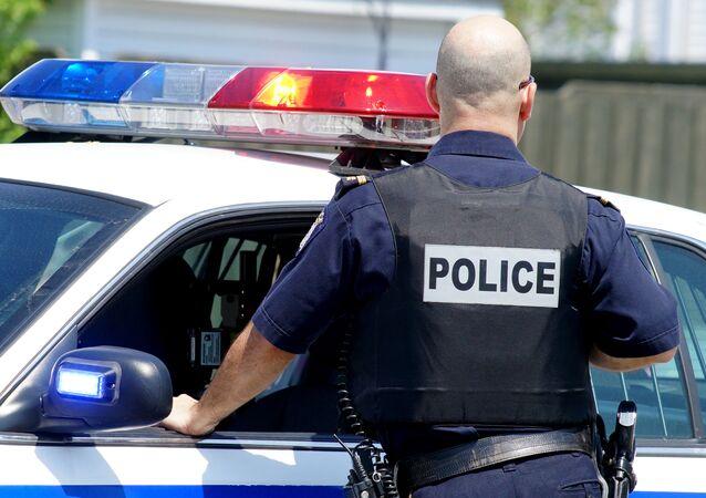 Policjant przy samochodzie