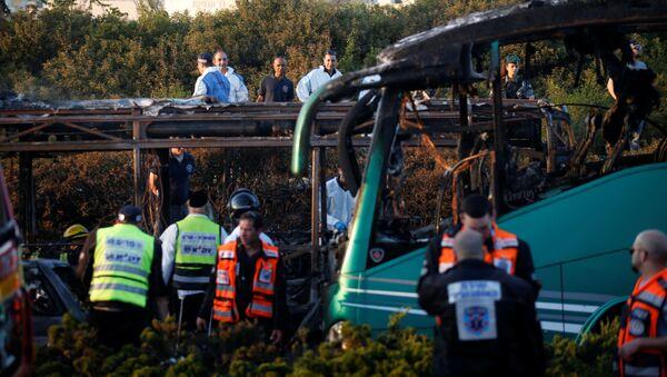 Сотрудники службы спасения на месте взрыва автобуса в Иерусалиме, Израиль - Sputnik Polska