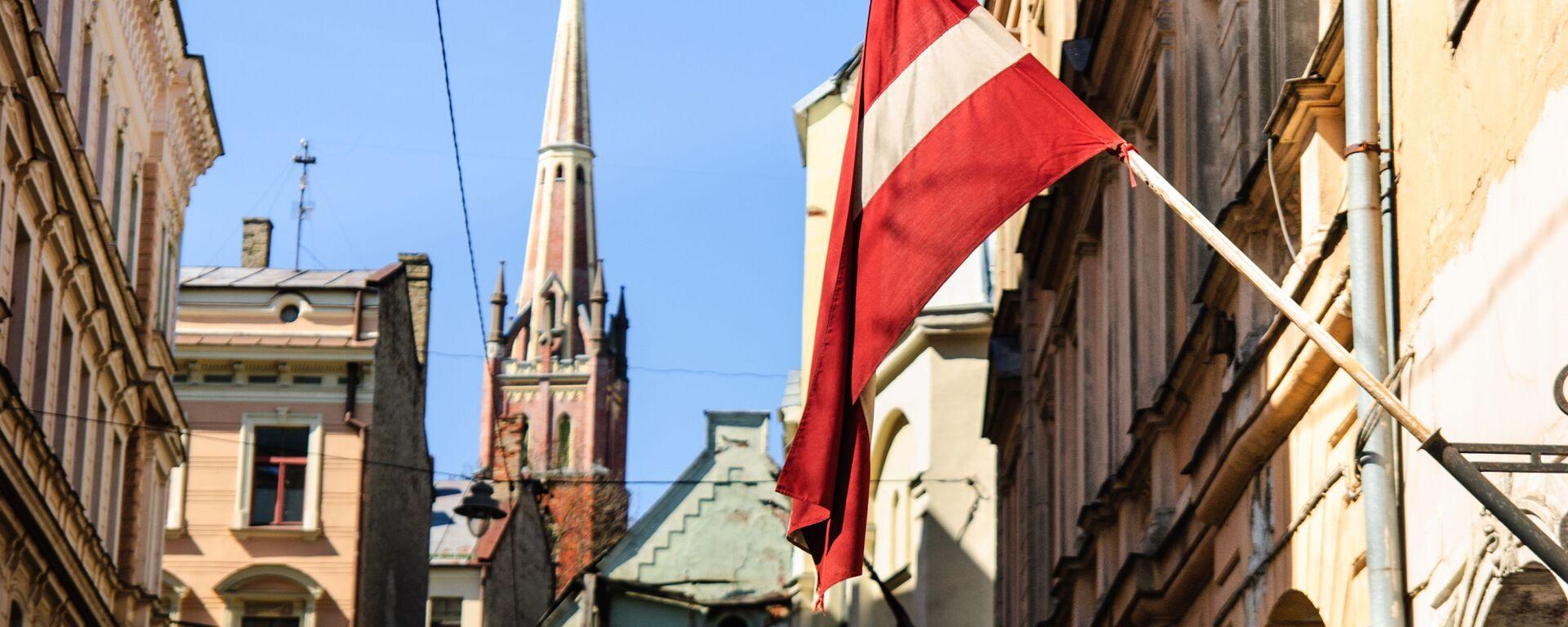 Flaga Łotwy na ulicy w Rydze - Sputnik Polska, 1920, 09.02.2021