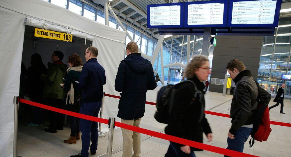 Pasażerowie biorą udział w referendum w sprawie ratyfikacji umowy stowarzyszeniowej UE z Ukrainą na stacji kolejowej Utrecht Central Station
