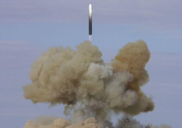Start z kosmodromu Bajkonur międzykontynentalnej rakiety balistycznej RS-18