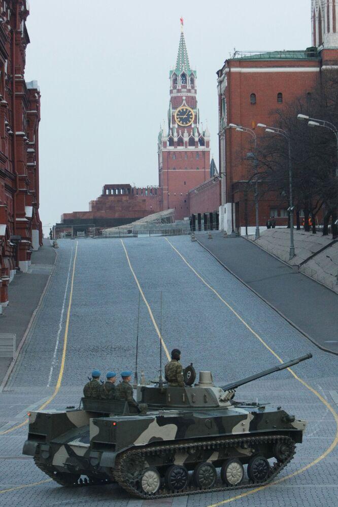 Bojowy wóz piechoty BMD-4 podczas próby parady wojskowej w Moskwie