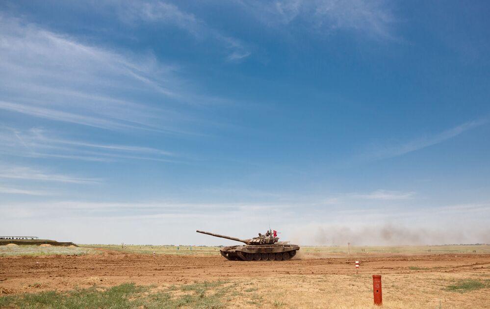 Czołg T-72B3 podczas zawodów z biathlonu czołgowego