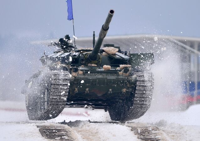 Czołg T-72 podczas zawodów z biathlonu czołgowego w obwodzie moskiewskim