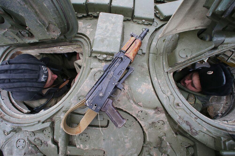 Czołgiści w czołgu T-72