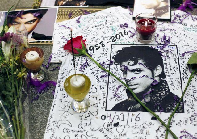 Plakaty z wizerunkiem zmarłego muzyka Prince'a w prowizorycznym miejscu pamięci w Harlemie