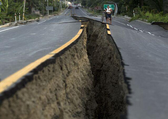 Droga po trzęsieniu ziemi w Ekwadorze