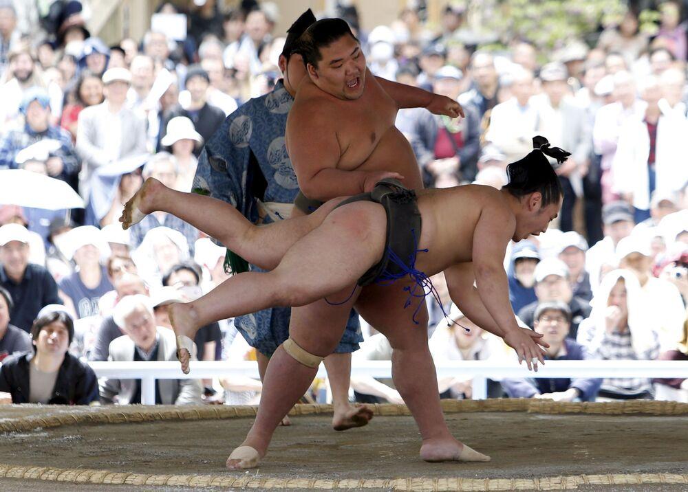 Uczestnicy festiwalu Honozumo w Japonii